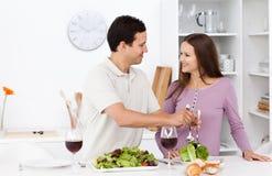 Salade attentive de portion d'homme à sa amie Image stock