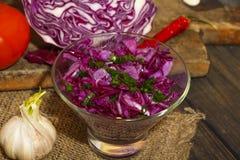 Salade aux oignons de chou rouge et de ressort dans un vase en verre sur une table en bois Salade végétarienne avec le chou rouge photos stock