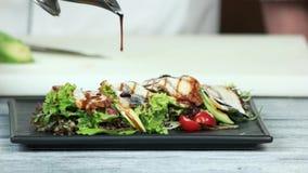 Salade avec de la laitue et l'anguille clips vidéos
