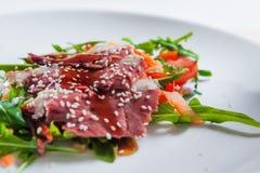 Salade avec de la viande Photographie stock libre de droits