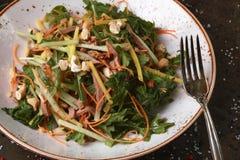 Salade avec de la viande et des écrous photographie stock libre de droits