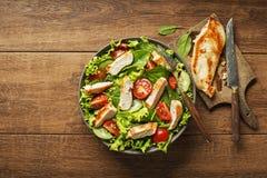 Salade avec de la viande de poulet Photos stock