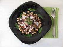 Salade avec des aubergines, des dates et des pois chiches photo libre de droits