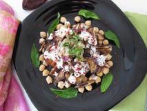 Salade avec des aubergines, des dates et des pois chiches photographie stock libre de droits