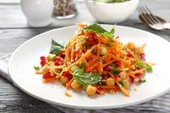 Salade avec des carottes et des pois chiches Photos libres de droits