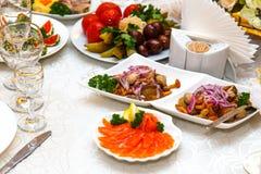Salade avec des champignons, des concombres marinés et des tomates Photo stock
