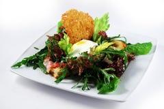 Salade avec des chips d'oeufs pochés et de pain Images libres de droits