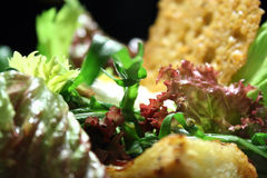 Salade avec des chips d'oeufs pochés et de pain Image stock