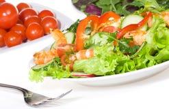 Salade avec des crevettes et des légumes photo libre de droits