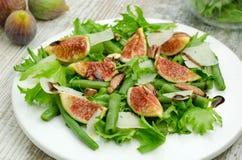 Salade avec des figues et des haricots d'aiguille Image libre de droits