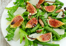 Salade avec des figues et des haricots d'aiguille Photographie stock libre de droits