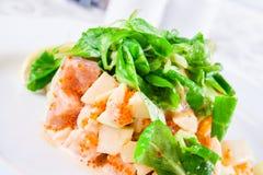 Salade avec des fruits de mer et des épinards Photographie stock libre de droits