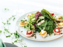 Salade avec des fruits de mer sur le fond blanc photos stock
