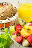 Salade avec des fruits frais et des baies Images stock