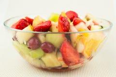 Salade avec des fruits frais et des baies Image libre de droits