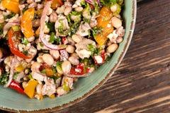 Salade avec des haricots blancs Images stock
