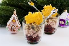 Salade avec des haricots, jambon, champignons photos stock