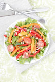 Salade avec des légumes et des verts. Image stock