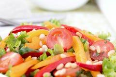Salade avec des légumes et des verts. Photo horizontale. Photos libres de droits