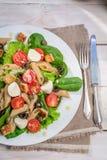 Salade avec des nouilles et des légumes Photographie stock libre de droits