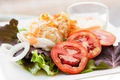 Salade avec des oeufs de poissons de mâche et de vol Images stock