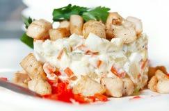 Salade avec des parts de lard et de poivrons doux frits photos stock