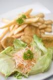 Salade avec des pommes frites Photographie stock libre de droits
