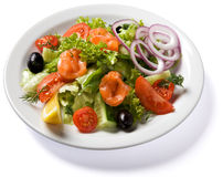 Salade avec des saumons servis de la plaque blanche Photo stock