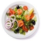 Salade avec des saumons servis de la plaque blanche Photographie stock