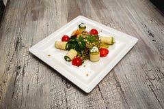 Salade avec des tomates-cerises, des concombres et la viande sur la table Photo stock