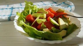 Salade avec des tomates d'avocat, gourmet, fourchette banque de vidéos