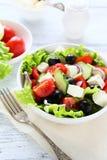 Salade avec des tomates dans une cuvette Photo libre de droits