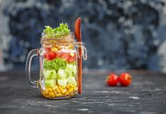 Salade avec des tomates et des concombres et maïs Nourriture saine, régime, image stock
