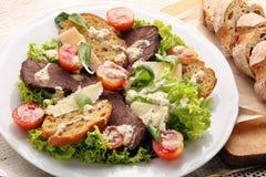 Salade avec des tranches de boeuf de rôti avec de la sauce à truffe photos libres de droits