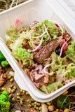 Salade avec des tranches de viande et des un bon nombre de légumes frais Images stock