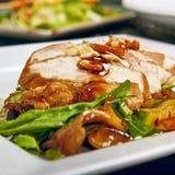 Salade avec du blanc de poulet de gril photo stock
