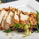 Salade avec du blanc de poulet de gril images stock