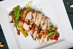 Salade avec du blanc de poulet de gril photographie stock libre de droits