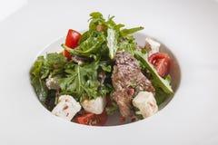 Salade avec du boeuf du plat Photographie stock