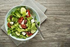 Salade avec du feta, la tomate et les légumes photographie stock libre de droits