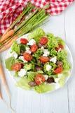 Salade avec du foie de poulet tomates-cerises et feta Images libres de droits