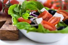 Salade avec du fromage de chèvre et le tatsoi Images stock