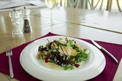 Salade avec du fromage et le yaourt de chèvres Photographie stock