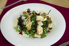 Salade avec du fromage et le yaourt de chèvres Image libre de droits