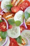 Salade avec du fromage grillé de Halloumi photo stock