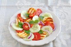 Salade avec du fromage grillé de Halloumi images libres de droits