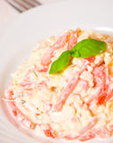 Salade avec du fromage, tomate, oeuf Images stock