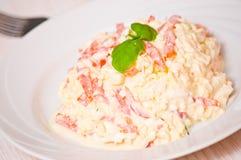 Salade avec du fromage, tomate, oeuf Photos stock