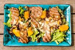 Salade avec du jambon et des écrous de mangue photo stock