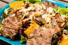 Salade avec du jambon et des écrous de mangue photographie stock libre de droits